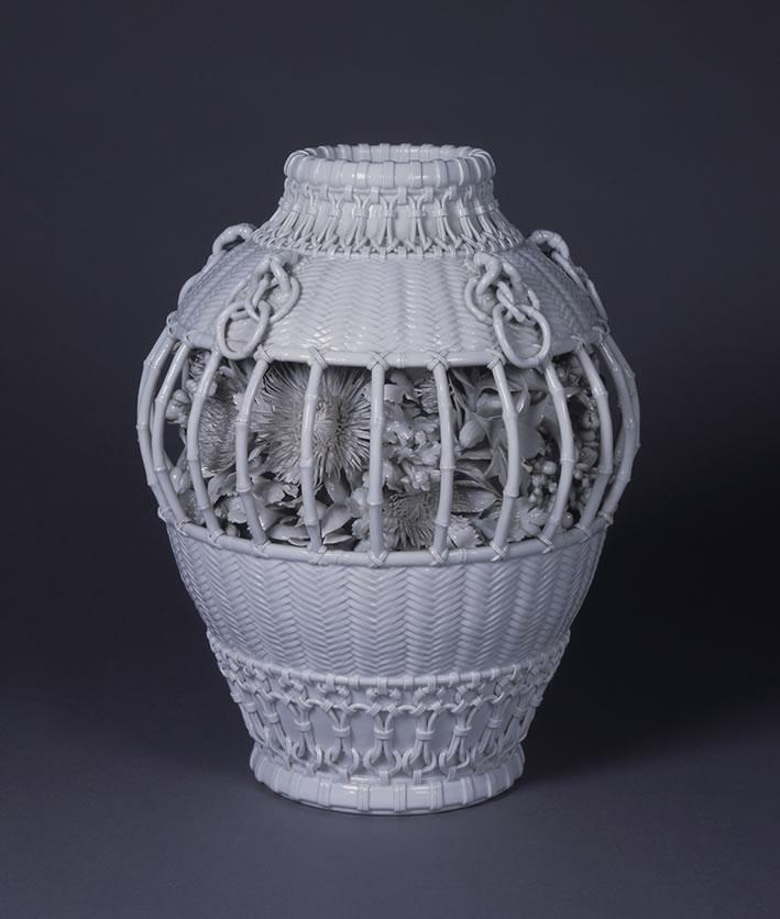 白瓷貼花菊紋籠形壺