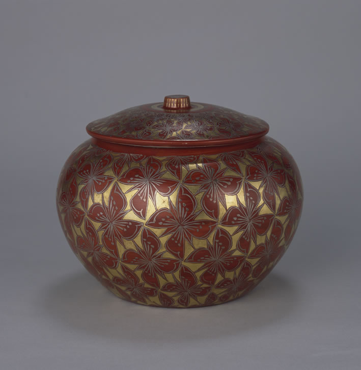色繪金銀彩四瓣花紋附蓋裝飾壺